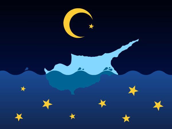 Cipro nuota nel mare di notte