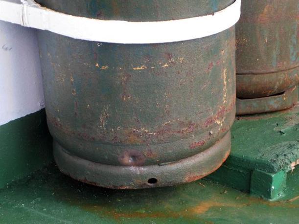 Il segno di un proiettile su una bombola di gas (Ansa)