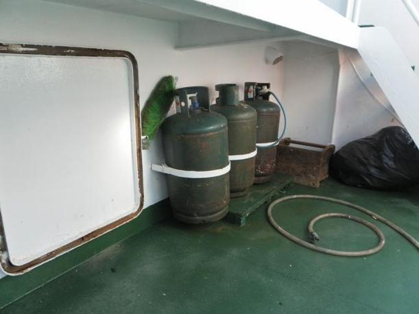 Le bombole sul motopesca Ariete (Ansa)