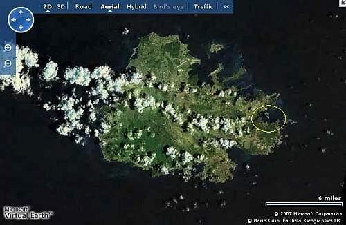 Una veduta da satellite di Antigua: all'interno del cerchio giallo l'area della Nonsuch Bay (da Microsoft Virtual Earth)