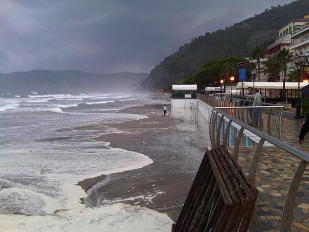 Mare in tempesta ad Alassio, Riviera di Ponente, per fortuna senza danni gravi