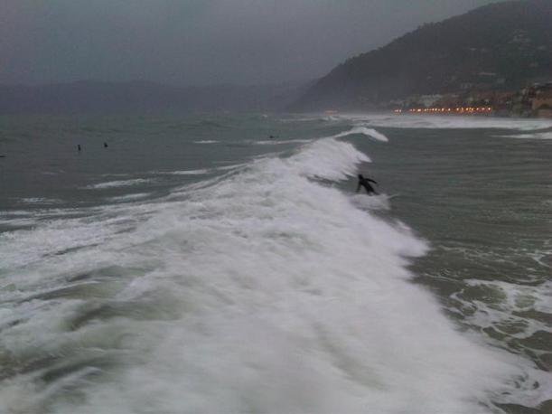 Mareggiata ad Alassio, i surfisti sfruttano l'occasione