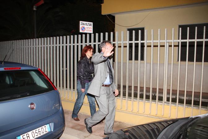 Concetta Spagnolo, madre di Sarah Scazzi, mentre va nella caserma dei carabinieri con l'avvocato Biscotto (Ansa/Ingenito)