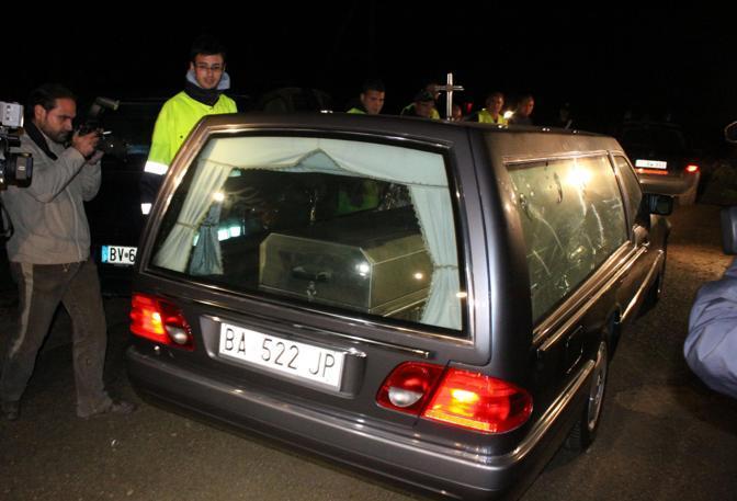Il carro funebre arriva sul luogo del ritrovamento del corpo di sarah (Milestone Media)