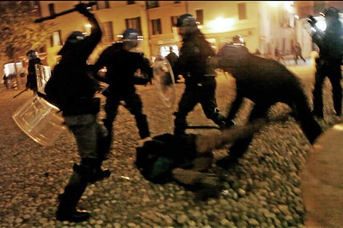 Disordini a Brescia dopo che da un corteo di solidarietà agli immigrati è stata lanciata una bomba carta. La polizia ha caricato, dal corteo lanci di bottiglie e sassi (Cavicchi)