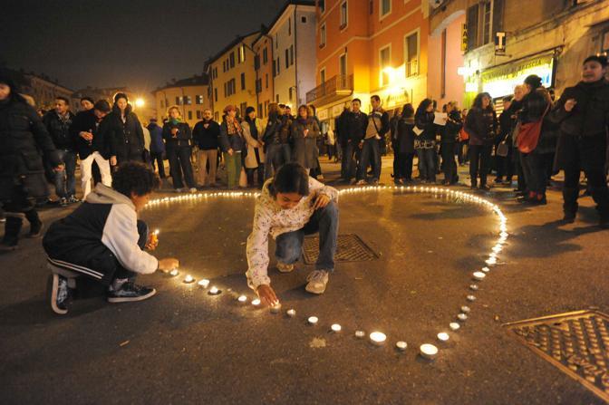 Dopo gli scontri, un'immagine della veglia notturna per gli immigrati (Cavicchi)