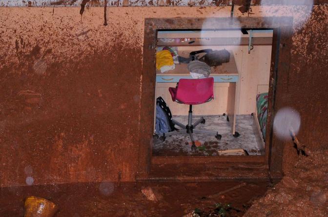 Lunedì sono stati ritrovati senza vita i corpi di Nera Ricci 39 anni e del figlio Mattia Guadagnucci 2 anni travolti domenica sera nella loro abitazione dal fango e dai detriti staccatisi dalla collina che sovrasta la frazione di Lavacchio nel comune di Massa (Ansa)