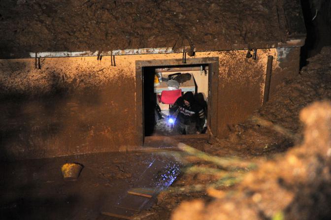 Nella foto scattata la scorsa notte alcune abitazioni di Lavacchio travolte dalla frana (Ansa)