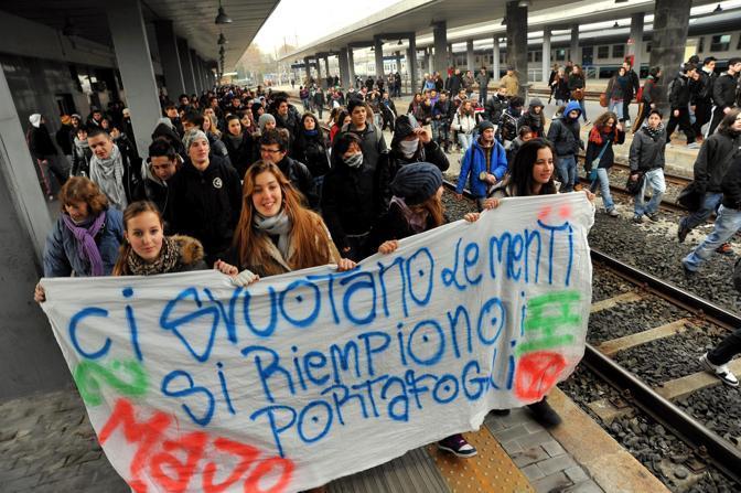 Studenti occupano la stazione Garibaldi a Milano (Fotogramma)