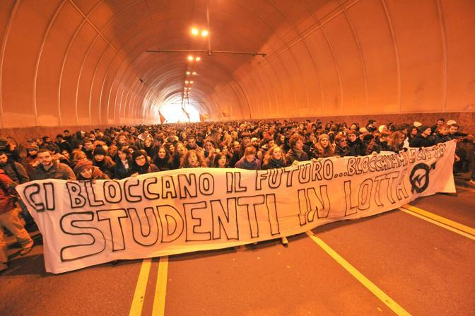 Un momento della manifestazione degli studenti a Genova (Ansa)
