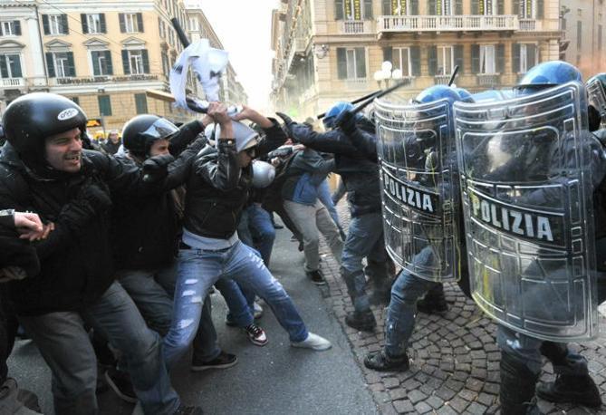 Scontri tra studenti e polizia a Genova (Ansa)