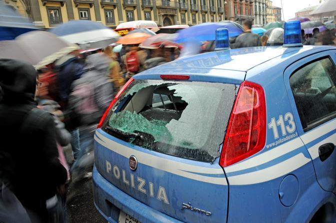 Il lunotto posteriore dell auto della polizia rotto durante il corteo degli studenti delle scuole medie superiori e universitari napoletane (Ansa)