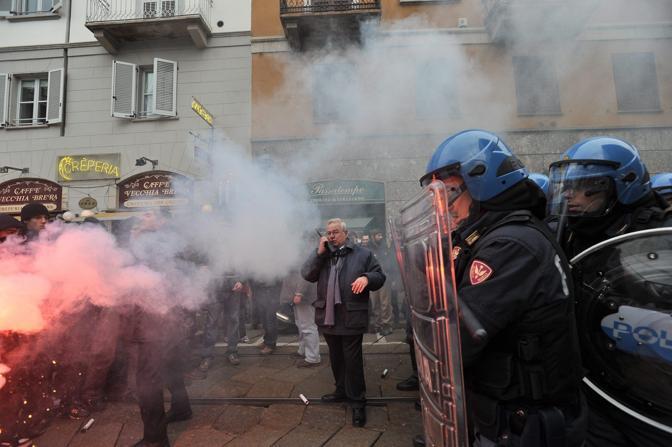 Fumogeni durante il corteo a Milano  (Fotogramma)