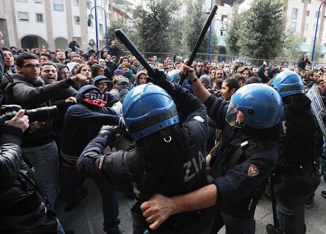 FIRENZE La carica della polizia sugli studenti arrivati in corteo davanti l'università (Ferraro/Ansa)