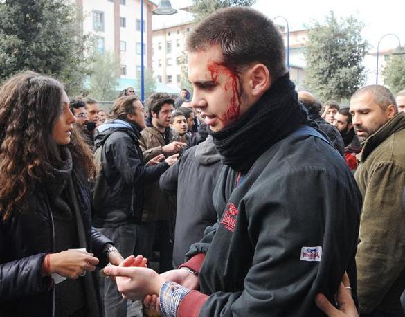 FIRENZE Uno studente ferito durante gli scontri con la polizia davanti l'università