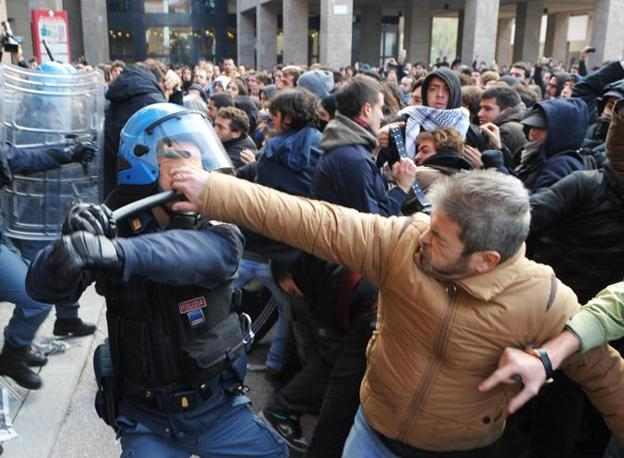 FIRENZE I tentativi di mediazione non servono a placare gli animi. La polizia carica per respingere l'avanzata dei manifestanti (Dell'Innocenti/Ansa)