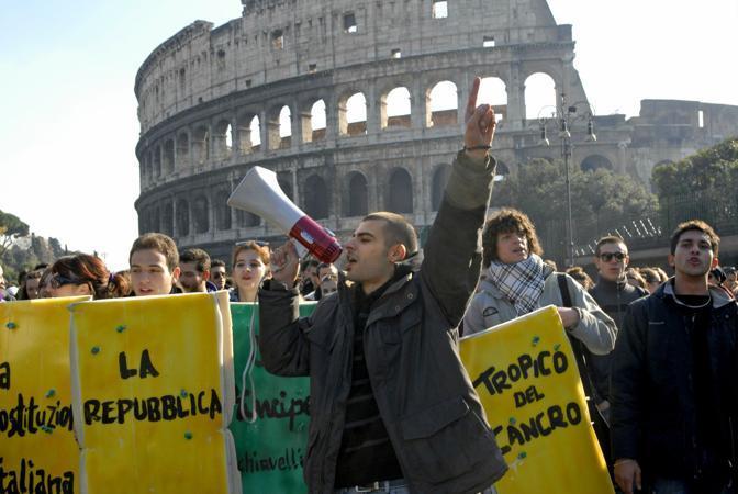 ROMA Il corteo di protesta di studenti medi, universitari e precari della ricerca è partito intorno alle 10 e ha attraversato il centro storico della città (Carofei/Agf)
