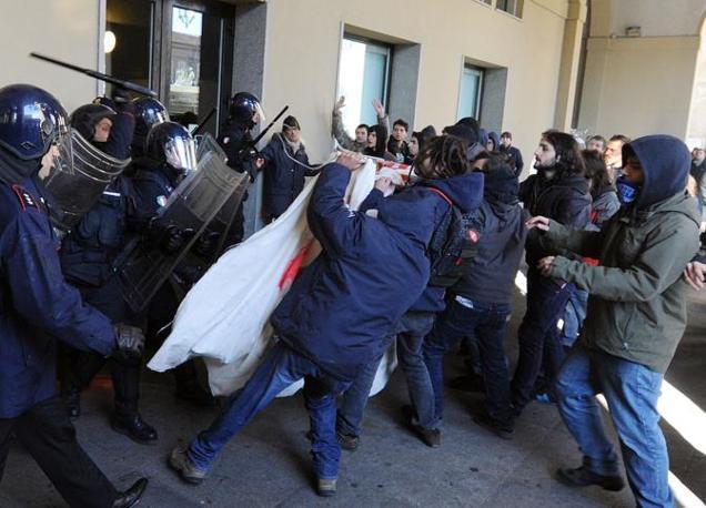 TORINO Scontri all'ingresso della sede della Regione Piemonte