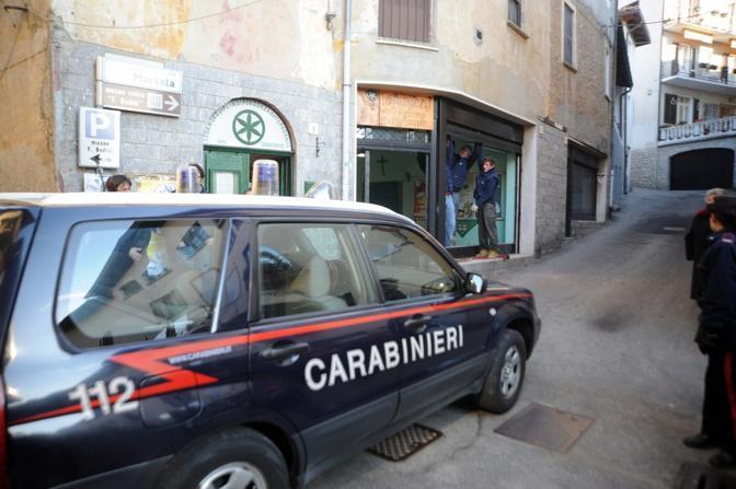 Carabinieri e polizia davanti alla sede della Lega Nord a Gemonio Varese (Ansa)