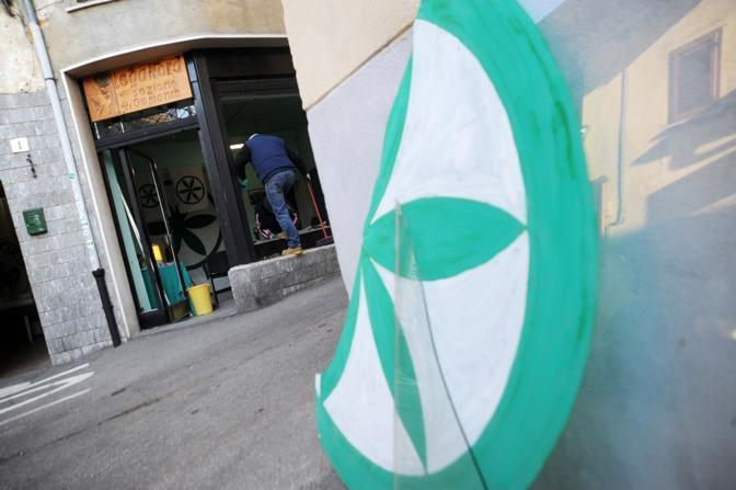 Due bombe carta sono esplosi nella notte davanti alla sede della Lega in via Marsala facendo esplodere le finestre esterne. Non ci sono stati feriti. (LaPresse)