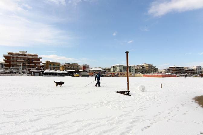 La neve è scesa in Italia, da Nord a Sud. Sopra, la spiaggia di Pescara (foto Pieranunzi)