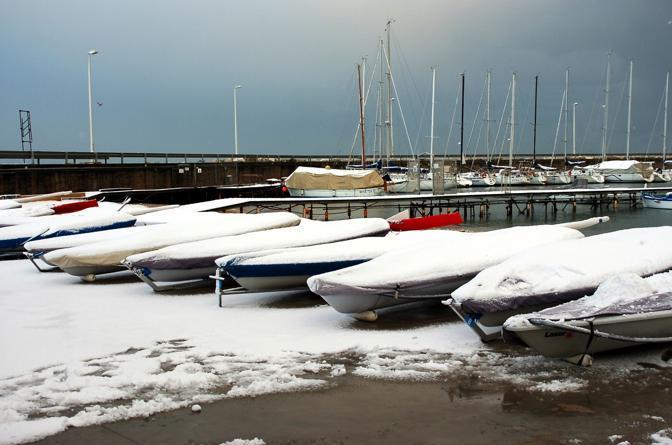 Barche innevate a Civitanova Marche (foto Ipp/Paoloni)