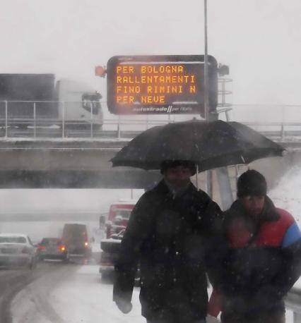 Il cartellone che annuncia rallentamenti all'entrata dell'autostrada Rimini sud (Ansa/Bove)