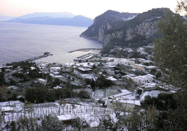 L isola di Capri sotto una coltre di neve (Ansa)