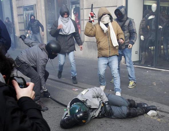 Roma, scontri tra dimostranti e reparti anti-sommossa della Guardia di Finanza.