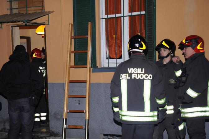 I rilievi di carabinieri e Vigili del fuoco nella casa della tragedia a Landriano, in provincia di Pavia (Ansa/Gabi)