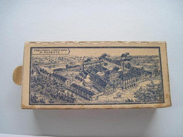 """Risale ai primi anni del 1900 questa scatola di """"candelotti"""", fiammiferi che erano in realtà candele in miniatura. La scatola mostra lo stabilimento della Saffa in tutta la sua grandezza: arrivò a coprire 150 mila metri quadrati. Negli anni Quaranta e in seguito, la fabbrica arrivò a impiegare 4mila operai e a produrre, nel 1942, anche una linea di mobili disegnata da Giò Ponti, e una linea di accendini per Cartier (Foto: Fagnani. Archivio Tunesi)"""
