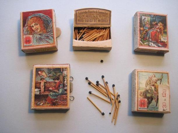 Cinque scatole di una linea di fiammiferi, prodotta dalla Saffa a inizio secolo. Le illustrazioni erano eleganti e riproducevano scene di vita nobiliare, oppure paesaggi esotici. I fiammiferi hanno l'asta molto sottile (Foto: Fagnani. Archivio Tunesi)