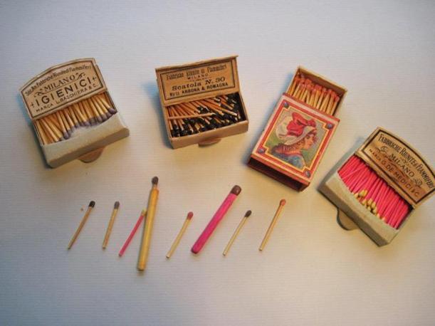 Un piccolo campionario dei modelli di fiammiferi che furono prodotti dalla Saffa dal 1890 fino agli anni Trenta. Le dimensioni variano, così come i materiali (la cera o diversi tipi di legno) e i colori (Foto: Fagnani. Archivio Tunesi)