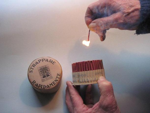Negli anni Trenta nascono i fiammiferi a strappo, che si accendono quando vengono estratti dalla confezione. Quelli della Saffa, come si vede nell'immagine, si accendono tuttora (Foto: Fagnani. Archivio Tunesi)