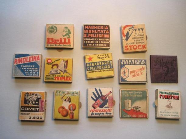 Negli anni Quaranta sulle scatole dei fiammiferi Saffa cominciano ad apparire le pubblicità, sarà un cambiamento epocale: le eleganti illustrazioni cedono il passo agli slogan (Foto: Fagnani. Archivio Tunesi)