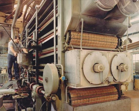 Un'immagine delle imponenti macchine della linea di produzione all'interno dello stabilimento Saffa di Magenta. Sui rulli spiccano le migliaia di fiammiferi. Con un solo tronco d'albero se ne ottengono in media 60mila (Foto: Archivio Tunesi)