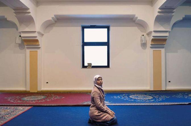Elisa, una giovane italiana convertita all?Islam, in raccoglimento dopo la preghiera del venerdì nella moschea di Brescia -