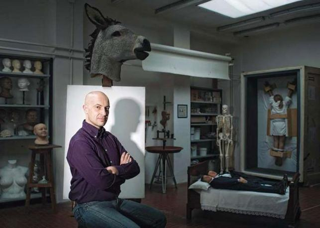Michele Guaschino nel suo laboratorio: scultore ed �effettista speciale�, ha lavorato anche per Maurizio Cattelan per l?esecuzione di molte sue opere (come le due proprio qui sotto nella foto). I suoi clienti principali sono, oltre agli artisti, musei, produzioni teatrali e cinematografiche - Foto di  Alesandro Albert