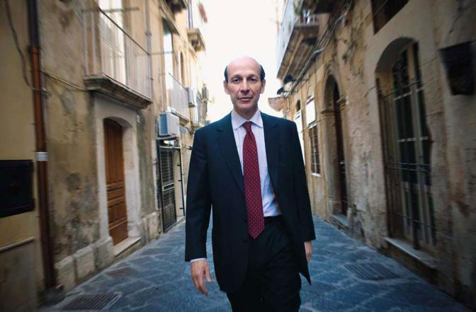 Il presidente della Confindustria siciliana, il siracusano Ivan lo Bello, cammina per le vie del centro - Foto di  Emanuele lo Cascio