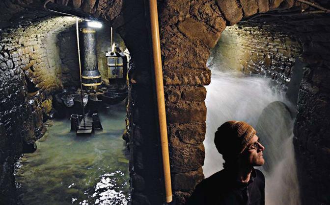 Carlo Foralossi fa la manutenzione delle pale del suo mulino ad acqua sul fiume Santerno. Il mulino è uno dei più antichi dell?Alto Mugello e l?unico in funzione. Abbandonato dal nonno di Carlo, è stato rimesso in uso nel 2000 - Foto di  Franco Guardascione