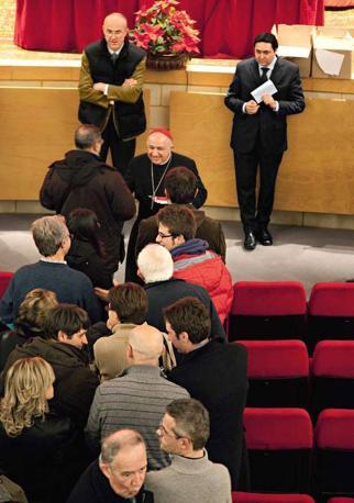 Il cardinale Dionigi Tettamanzi arcivescovo di Milano, incontra al teatro Cenacolo francescano gli amministratori locali. Stringe la mano a tutte e 300 le persone presenti - Foto di  Massimo Zingardi