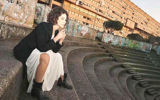 L?attrice italiana Nicole Grimaudo sulle scalinate dell?anfiteatro in cemento armato ai piedi del «Serpentone» di Corviale, una delle strutture popolari più imponenti d?italia: oltre mille appartamenti, circa diecimila abitanti - Foto di  Riccardo Ghilardi