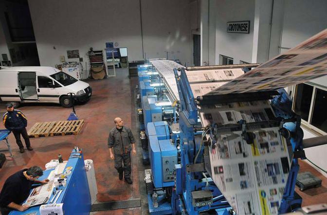 La rotativa dello stabilimento di stampa del giornale «Il Crotonese» mentre viene stampata l?edizione del 15 gennaio - Foto di  Giuseppe Pipita