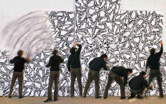 Gianni Asdrubali nel suo studio mentre lavora a «Stezstasstess», opera che presenterà successivamente alla galleria ARTRA di Milano - Foto di Francesca Tecardi