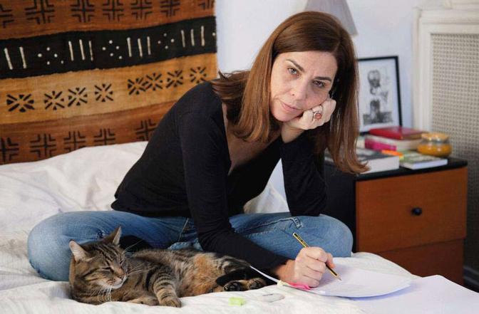 La regista Francesca Comencini, con il gatto Nocciola, corregge le bozze del suo primo romanzo, che uscirà in marzo per la Fandango libri - Foto di Lia Pasqualino