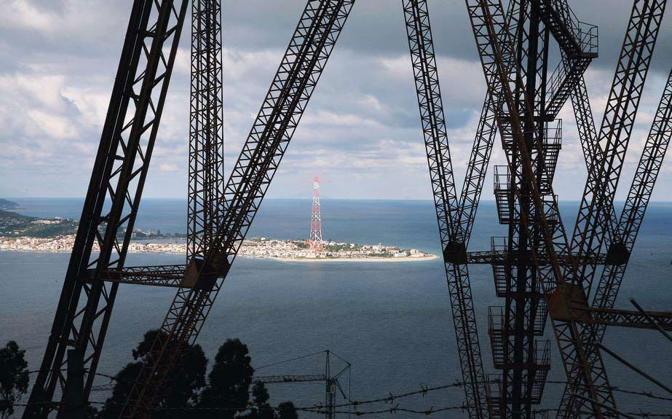 Punto panoramico dal «Pilone» ex Enel da dove si vede la sponda siciliana: si tratta dei due punti di approdo del progetto di ponte sullo stretto di Messina - Foto di  Pasquale Garreffa