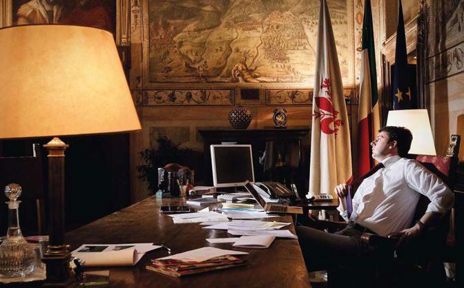 Il sindaco del capoluogo toscano Matteo Renzi nel suo ufficio di Palazzo Vecchio poco prima di recarsi a pranzo - Foto di  Gianluca Panella