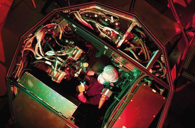 Nel laboratorio dell?Istituto nazionale di astrofisica Enrico Pinna, fisico precario, lavora al sistema di ottica adattiva per il «large binocular telescope» di Mount Graham, in Arizona, nell?ambito di un progetto di eccellenza italiano, statunitense e tedesco - Foto di Dario Orlandi