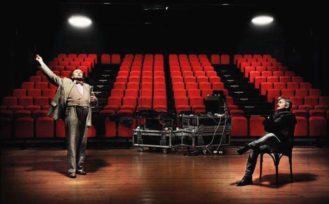 Al teatro dell ?Elfo Puccini è di scena «The History Boys». Prima dello spettacolo serale, nella sala vuota, il regista Ferdinando Bruni e l?attore (e in questo caso anche regista) Elio De Capitani, che interpreta Hector, provano la parte - Foto di Andrea Frazzetta