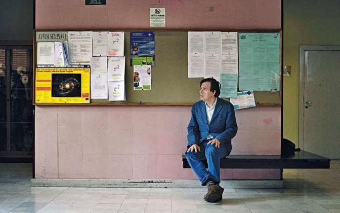 Il fisico italiano Giorgio Parisi nei corridoi della facoltà di Fisica dell?università La Sapienza. Attivo nel campo della meccanica statistica e in teoria dei campi, Parisi è considerato il padre della teoria del caos o della complessità. Attualmente insegna Calcolo delle probabilità - Foto di Luigi Baldelli